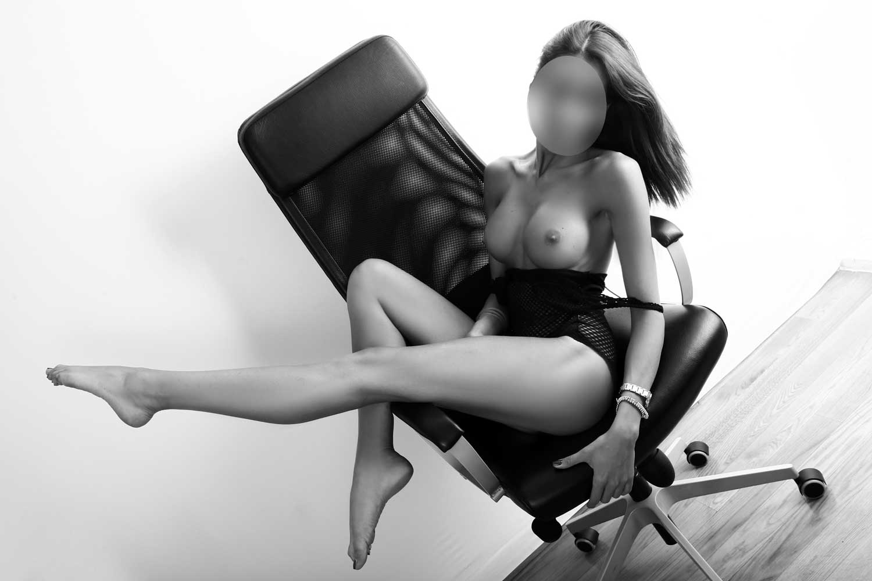 ragazza su sedia con gamba alzata in studio 1